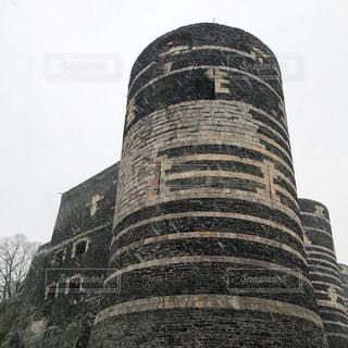 大きい石造りのバック グラウンドで塔を持つ建物の写真・画像素材[1021652]