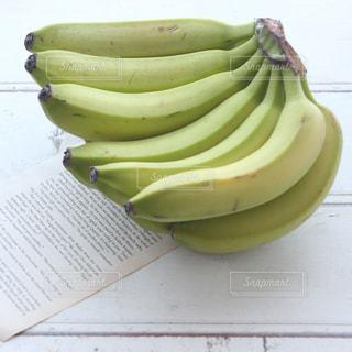 緑のバナナの束の写真・画像素材[1038369]