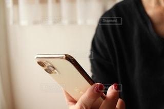 携帯電話を持つ手の写真・画像素材[2690213]
