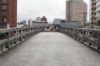 道路の上の長い橋の写真・画像素材[964642]