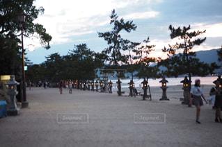 ビーチの上を歩く人々 のグループ - No.964644