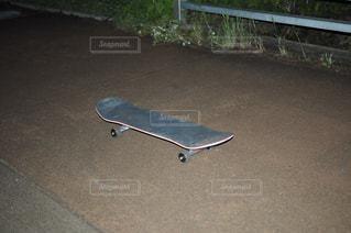 道路の側をスケート ボードに乗って男の写真・画像素材[964648]