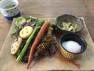 近くの木製のテーブルの上に食べ物をの写真・画像素材[1873901]