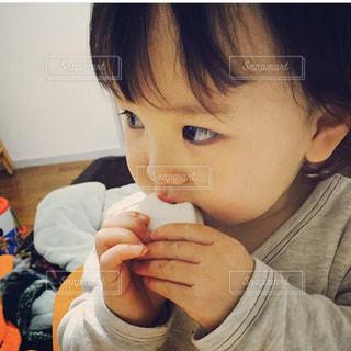 食べ物を食べている小さな男の子の写真・画像素材[3082280]