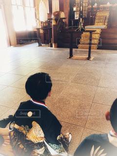 七五三の祈祷待ちでドキドキする男の子の写真・画像素材[1877941]