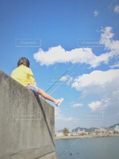 釣竿を見つめる少女の写真・画像素材[1979103]