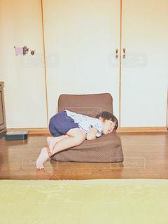 そんなに小さな座椅子で寝なくてもの写真・画像素材[1979107]
