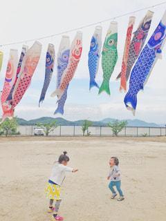 鯉のぼりの下で遊ぶ子供達の写真・画像素材[1997487]