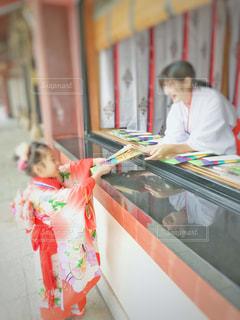 七五三でお祝いの品頂く女の子の写真・画像素材[2056662]