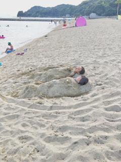 砂浜で砂に埋もれるの写真・画像素材[2056724]