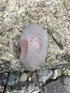 海岸で見つけた石の写真・画像素材[2080650]