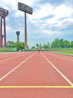 陸上競技場で走る💨の写真・画像素材[2097297]