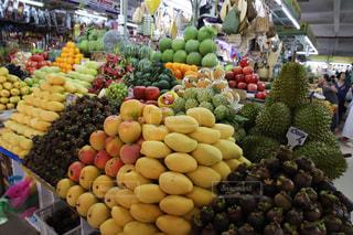 様々 な新鮮な果物や野菜の店で展示の写真・画像素材[1875818]