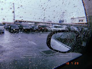 雨の中のボートの写真・画像素材[2303263]