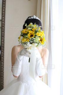 ウェディングドレスを着た人の写真・画像素材[2303285]