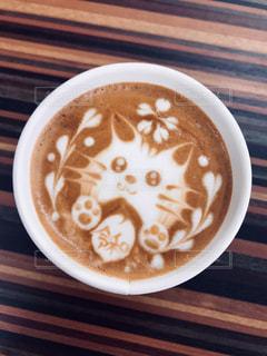 皿の上に座っているコーヒーカップのクローズアップの写真・画像素材[2303295]