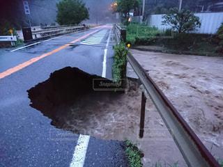 台風で道路の橋に穴の写真・画像素材[1878397]