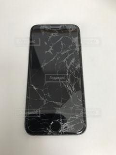 スマートフォンの割れたガラス画面のアップの写真・画像素材[1877914]