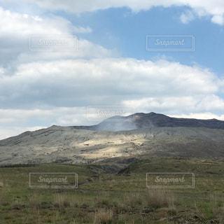 煙が穏やかな阿蘇山の写真・画像素材[2101388]