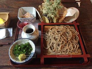 山菜天ぷらとざるそばの写真・画像素材[2162689]