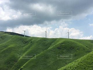 阿蘇市の山の上にある風力発電の写真・画像素材[2270531]