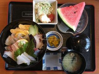 熊本の天草で食べた海鮮丼定食。2019年7月撮影の写真・画像素材[2331738]