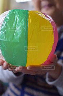 お婆ちゃんと紙風船の写真・画像素材[2120969]