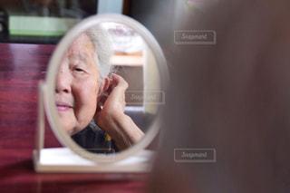 髪をとかす祖母の写真・画像素材[2249344]