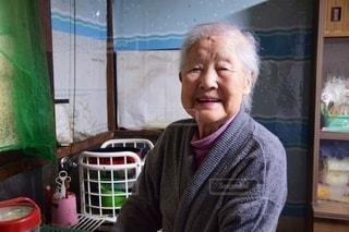 台所に立つ祖母の写真・画像素材[2651434]