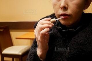 グロスを塗る女性の写真・画像素材[2771283]