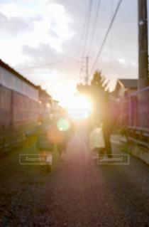 夕陽へ向かって走るの写真・画像素材[2848584]