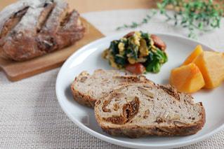 ライ麦パンで朝ごパンの写真・画像素材[2861756]