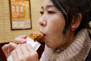 チキンを食べる女性の写真・画像素材[2867078]
