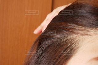 気がつくと白髪が生えるの写真・画像素材[2896848]