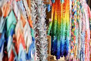 色鮮やかな千羽鶴の写真・画像素材[2950586]