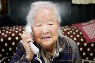 電話するおばあちゃんの写真・画像素材[2995573]