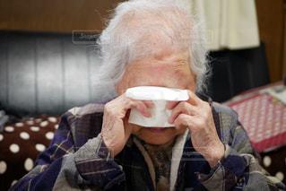 悲しむおばあちゃんの写真・画像素材[2995574]