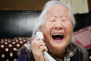 大爆笑のおばあちゃんの写真・画像素材[2995769]