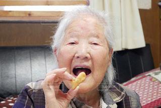 お煎餅を食べるおばあちゃんの写真・画像素材[2995770]
