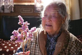 ドライフラワーと祖母の写真・画像素材[3036933]