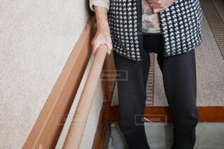 手すりを使う祖母の写真・画像素材[3774316]