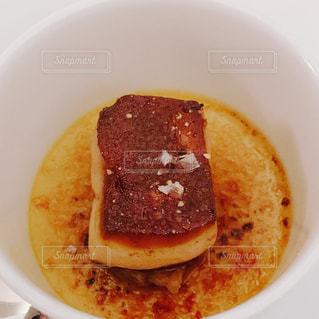 近くにプレートの上に食べ物のボウルのアップの写真・画像素材[1879608]