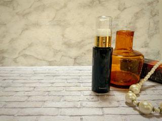 美容液ボトルと古い瓶とパールのネックレスの写真・画像素材[1992565]