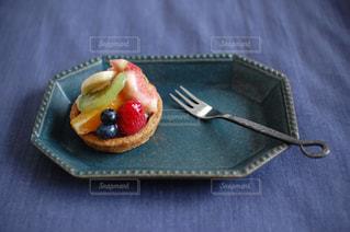 テーブルの上の青い皿の写真・画像素材[1933716]