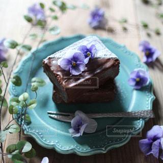 エディブルフラワーとケーキの写真・画像素材[1921742]