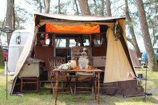 カーサイドテントでキャンプの写真・画像素材[2056021]