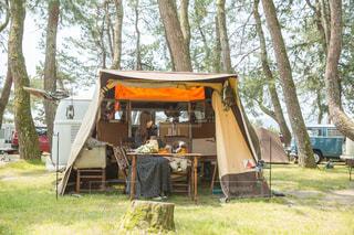 キャンプでコーヒータイムの写真・画像素材[2111604]