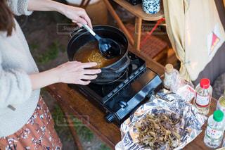 キャンプで炊き込みご飯の写真・画像素材[2111606]