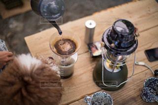 愛犬とキャンプでコーヒーの写真・画像素材[2415806]