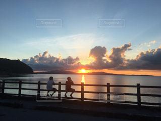 夕焼けを前にしての写真・画像素材[2001959]